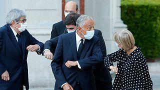 Presidente da Assembleia da República, Presidente de Portugal e membros do governo cumprimentam-se