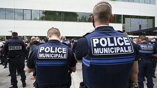Fransa'da polisler hapis cezasına çarptırılan meslektaşları için cop bırakma eylemi yaptı