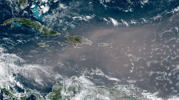 """Imagen de satélite de la nube de polvo """"Godzilla"""" entrando en el Caribe"""