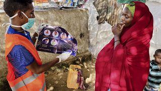 عامل في قطاع الصحي يعطي إرشادات طبية لإمراة صومالية بخصوص كورونا