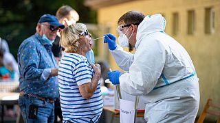 Une femme se fait tester à Warendorf situé dans la région du cluster d'Oelde en Allemagne où les habitants ont été reconfinés, le 25 juin 2020