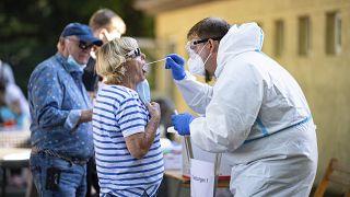 Frau aus dem Landkreis Warendorf unterzieht sich einem Coronatest
