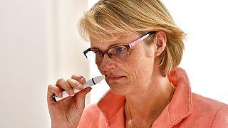 وزيرة التعليم والبحوث الألمانية أنجا كارليزيك تختبر حاسة الشم بمركز أبحاث بشأن كوفيد-19 /بون18 مايو 2020.