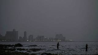Un pécheur sur une plage de la Havane à Cuba, en plein jour (!!!), le 24 juin.