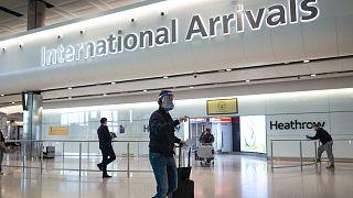 Tengerentúlról érkező utas a londoni Heathrow reptéren
