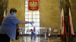 Polonia, exit poll: Duda in testa con il 41,8%, Trzaskowski al 30,4%
