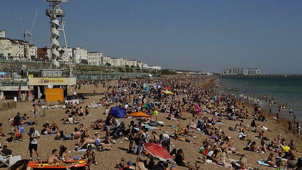 شاهد: الإنجليز يتوافدون على شواطئ الساحل الجنوبي للبلاد ويتجاهلون إجراءات التباعد الإجتماعي