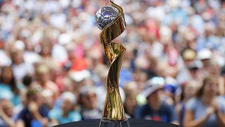 Le trophée de la Coupe du monde féminine de football