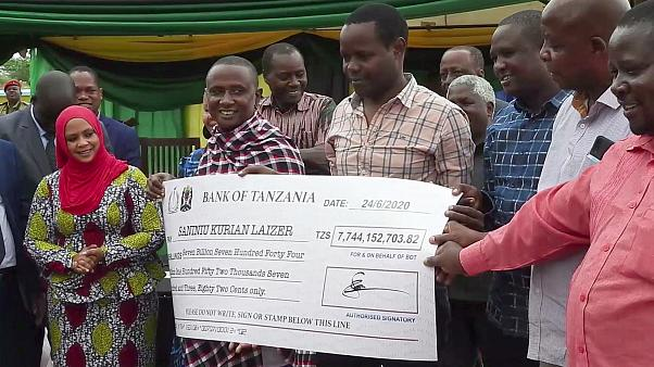Tanzanya'da ülke tarihinin en büyük tanzanit taşlarını bulan madenci bir gecede zengin oldu
