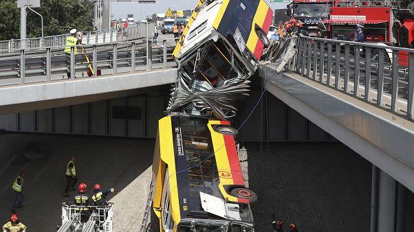 حادث سقوط حافلة من عبى جسر في بولندا