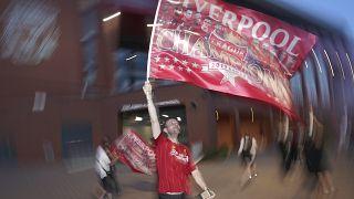 Liverpool-Fan feiert mit Flagge.