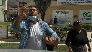 Wütender Demonstrant in Mondragone.