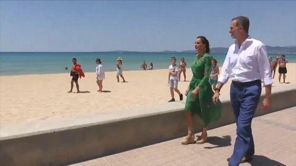 الملك الإسباني فيليبي السادس وزوجته أثناء زيارتهما إلى مايوركا - 2020/06/025