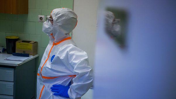 Ápolónő a koronavírussal fertőzött betegek fogadására kialakított osztályon a fővárosi Szent János Kórházban