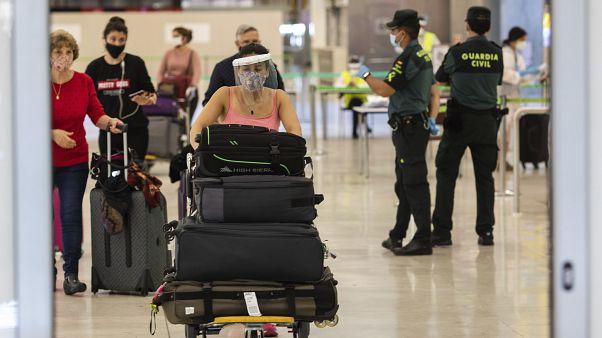 Pasajeros con mascarillas llegan al aeropuerto internacional Adolfo Suárez-Barajas, en las afueras de Madrid, España, el domingo 21 de junio de 2020.