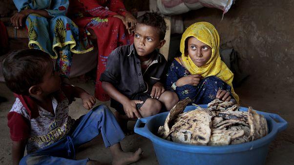 أطفال يجلسون أمام خبز متعفن داخل ملجإ في أسلم - حجة - 2018/10/01