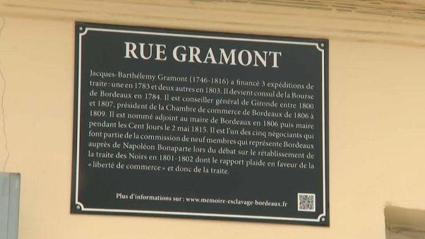 Bordeaux lábjegyzetekkel látja el az utcanévtáblákat
