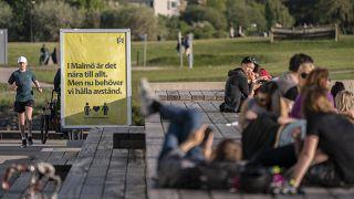 Giovani si godono il caldo nella città svedese di Malmo, 26 maggio 2020
