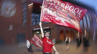 Tam 30 sene boyunca şampiyonluğu Premier Lig şampiyonluğunu bekleyen bir Lİverpool taraftarı.
