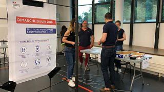 Un bureau de vote en cours de préparation à Saint-Genis-Laval (Rhône)
