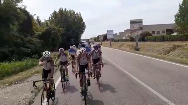 I cinque siciliani nella bergamasca, accompagnati da ciclisti locali