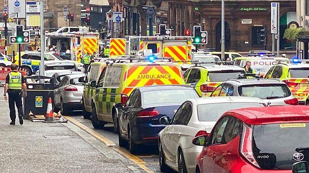 Ataque com faca mata três pessoas e fere outras seis em Glasgow