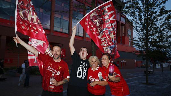 Liverpool celebra até de madrugada título de Campeão