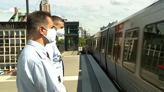Sicherheitsdienst kontrolliert die Hamburger Bahnen