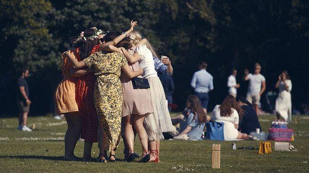"""Celebraciones del """"Midsommar"""" el solsticio de verano, el pasado día 19 en Suecia la inclusión del país en la lista es cuestionada por las autoridades."""