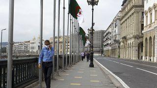 رجل يمشي في شارع مقفر من المارة في الجزائر العاصمة - 2020/05/24