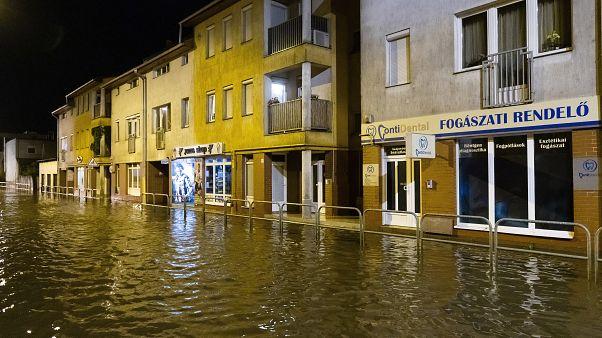 Vízben álló házak a nyíregyházi Szegfű utcában a 2020. június 27-i vihar után