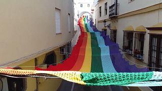 هنرمندان اسپانیا با قلاب و کاموا شهرشان را «رنگین کمانی» کردند