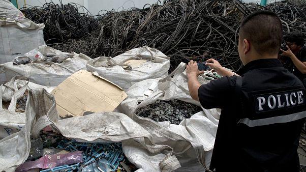 شرطي تايلاندي يصور نفايات بلاستيكية