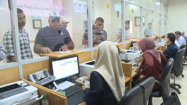 شاهد: بدء توزيع منحة مالية قطرية على مائة ألف أسرة فقيرة في قطاع غزة