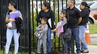 مهاجرون مع أطفالهم أمام مركز ميرامار للهجرة والجمارك في فلوريدا بالولايات المتحدة