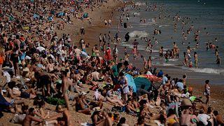 İngiltere'de havaların ısınmasıyla binlerce kişi Brighton'da plaja akın etti