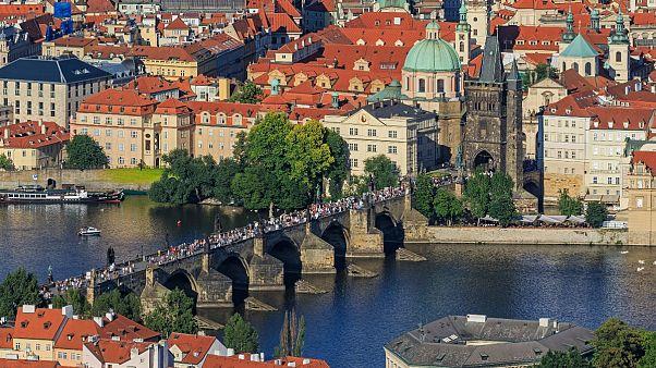 A Károly-hídon megrendezett, nagy, közös vacsorával zárnák le a járványt a csehek