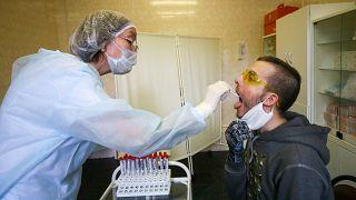 Медсестра берёт мазок для анализа на коронавирус, Москва, 15 мая 2020