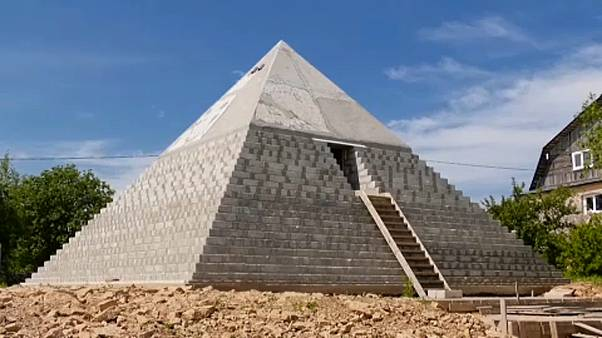 Ρωσία: Μικρογραφία της πυραμίδας του Χέοπα σε κήπο σπιτιού
