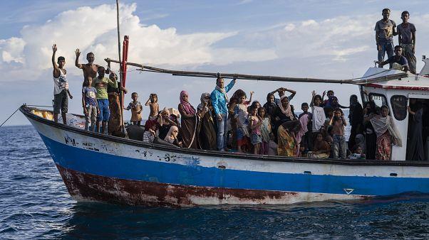 العشرات من اللاجئين الروهينغا على متن سفينة حملتهم إلى جزيرة آتشيه الإندونيسية