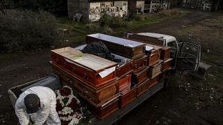 عامل يجمع توابيت لضحايا كوفيد-19 في تشيلي