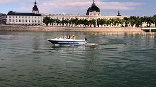 Búvárok tisztítják Lyon folyóját