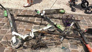 دوچرخه و اسکوترهای رها شده در رود رون؛ فعالان مدنی به آب زدند