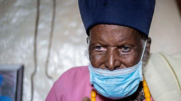 O monge etíope Tilahun Woldemichael, que se crê ter 114 anos, sobreviveu ao novo coronavírus