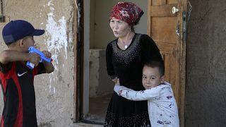 Kazak kadın Gulnar Omirzakh ve çocukları