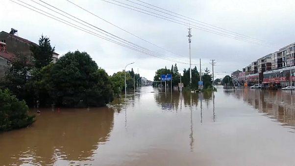 صورة من فيديو للفيضانات التي تسببت بها الأمطار نقلها تلفزيون الصين المركزي