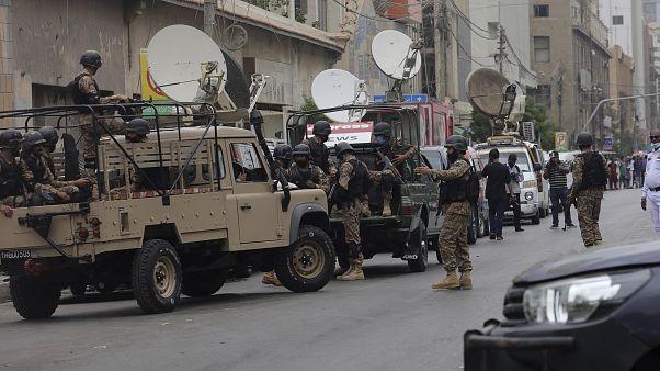آليات عسكرية تابعة للجيش الباكستاني أمام مقر البورصة