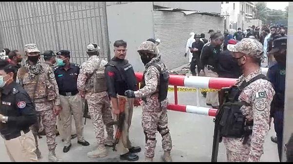 Polizei vor dem Börsengebäude in Karatschi