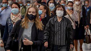 Maszkot viselő utasok a frankfurti főpályaudvaron 2020. június 29-én