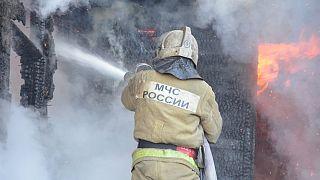 Un empleado del Ministerio de situaciones de emergencia de Rusia trabaja para extinguir el incendio.